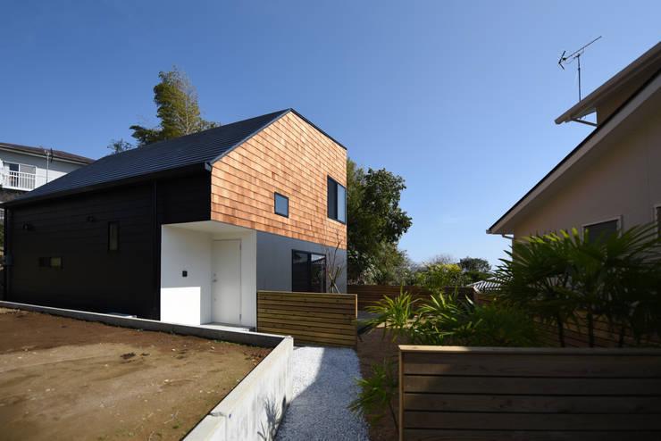 浮遊感のある外観: BDA.T / ボーダレスドローが手掛けた家です。