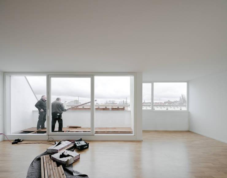 minimalistic Living room by JAN RÖSLER ARCHITEKTEN