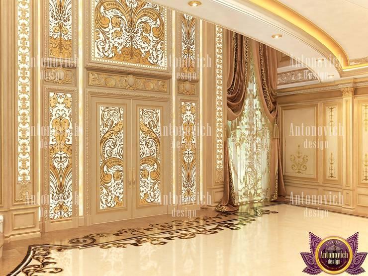 Fashionable interior of 2019 by Katrina Antonovich:  Corridor & hallway by Luxury Antonovich Design, Classic