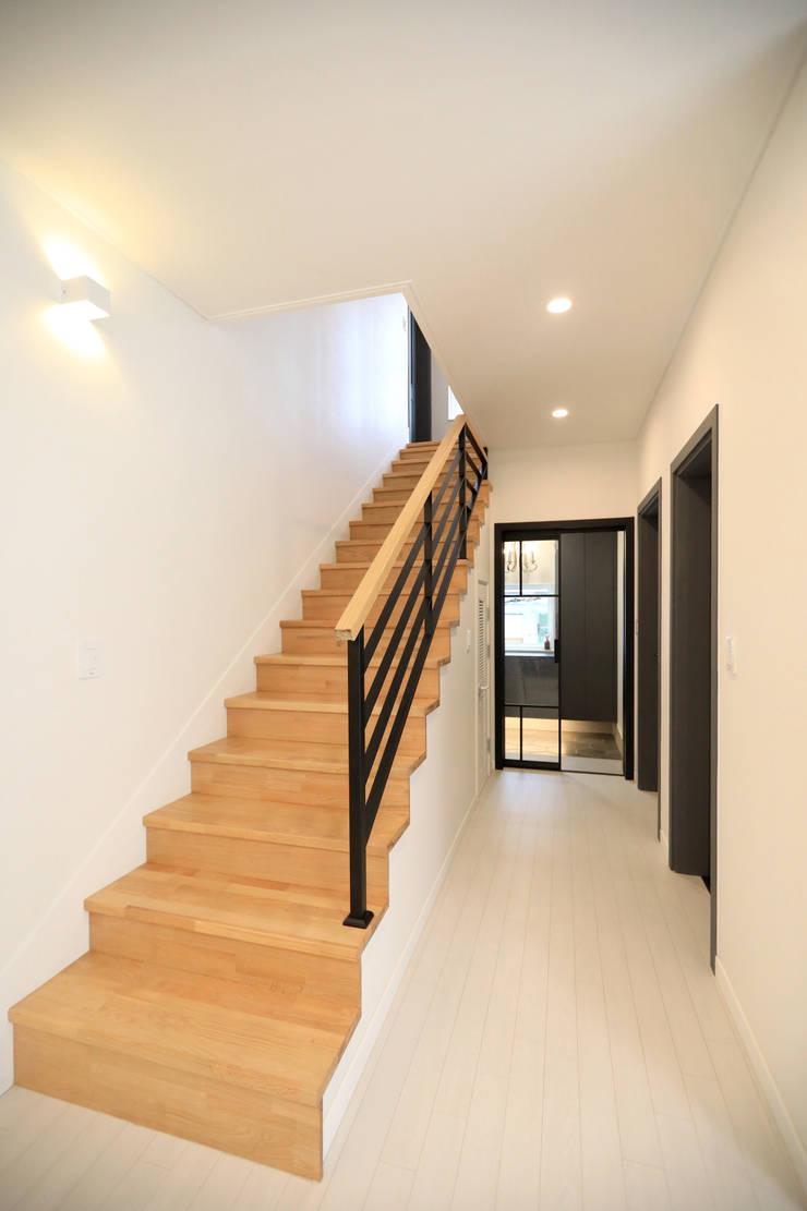 1층 복도공간: 하우스톡의  계단,