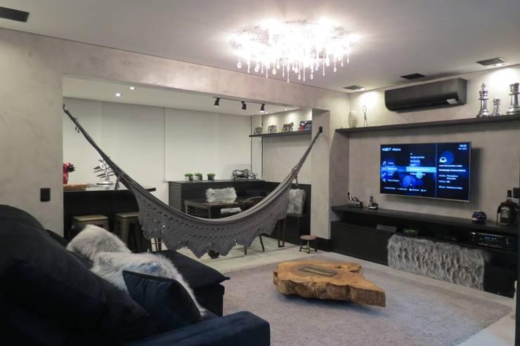 Sala de tv integrada com varanda: Salas de estar  por Danielle David Arquitetura
