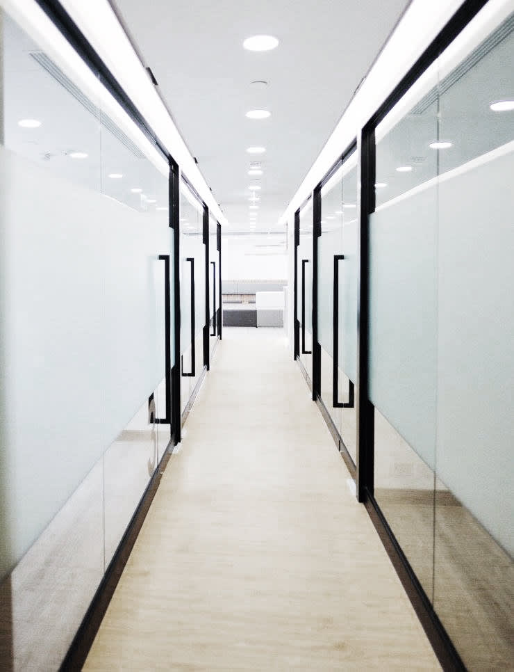 Beauty Centre:  Office spaces & stores  by The Realizes Co