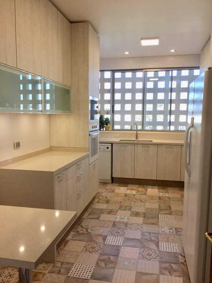 Vista desde acceso a cocina: Cocinas equipadas de estilo  por balConcept SpA