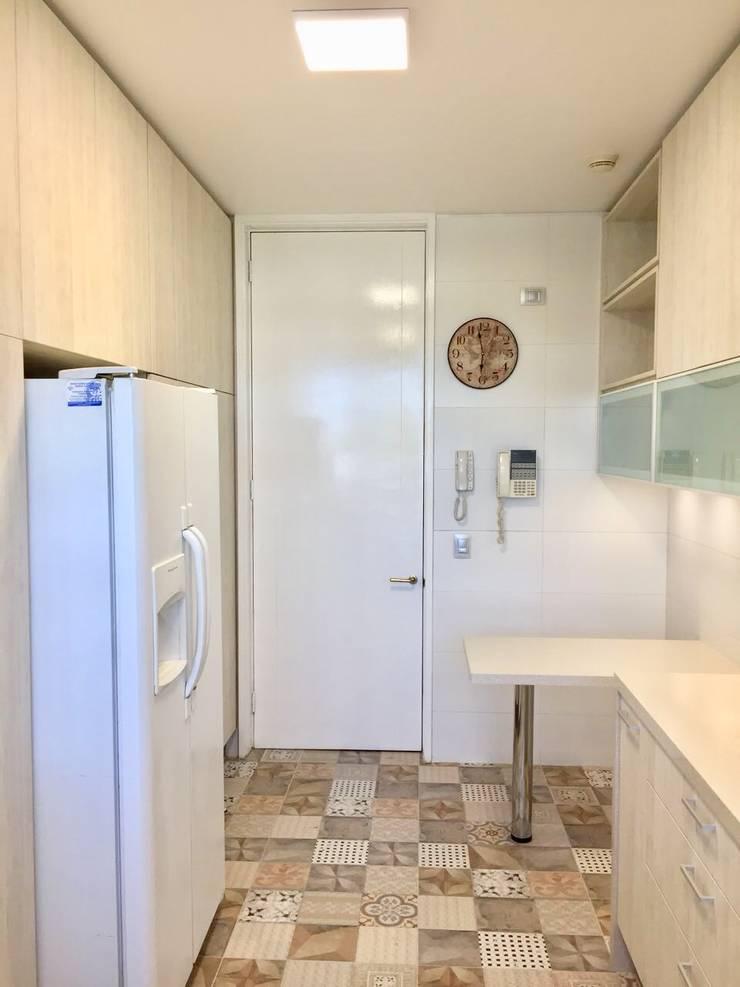 Vista hacia el acceso de cocina 2: Cocinas equipadas de estilo  por balConcept SpA