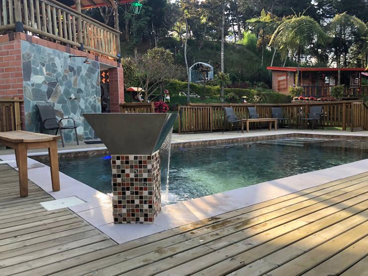 La Milagrosa – Guarne Antioquia: Piscinas de jardín de estilo  por Premier Pools S.A.S.