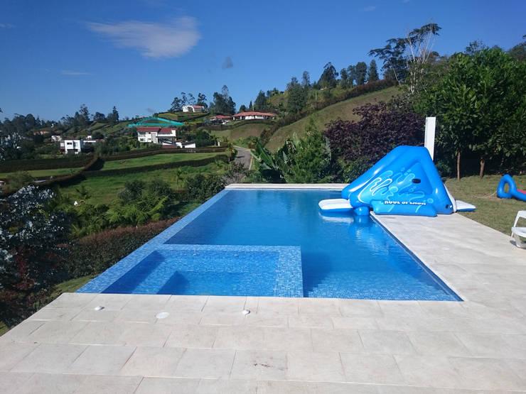 PISCINA LA PRADERA - RIONEGRO ANTIOQUIA: Piscinas infinitas de estilo  por Premier Pools S.A.S.