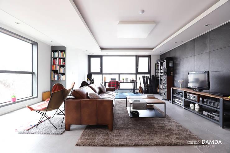 거실: 디자인담다의  거실,모던