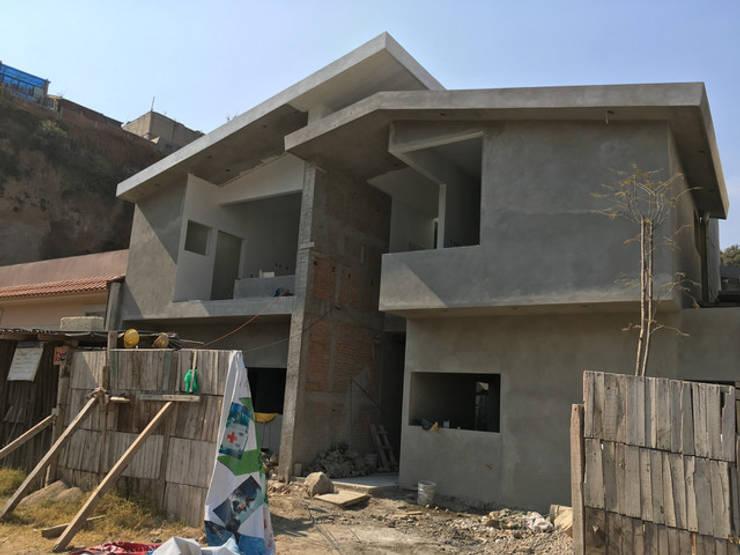 Fachada Principal (en construcción):  de estilo  por Arq. Máximo Alvarado Bravo