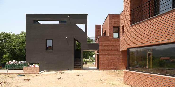 Einfamilienhaus von 인문학적인집짓기, Modern Ziegel