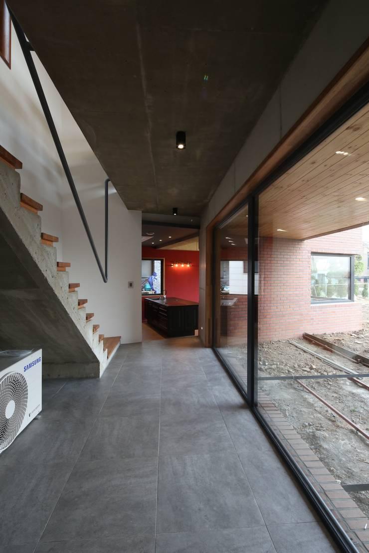 Treppe von 인문학적인집짓기, Modern Beton