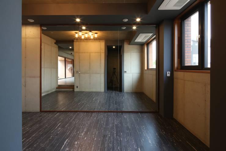 Fitnessraum von 인문학적인집짓기, Modern Beton