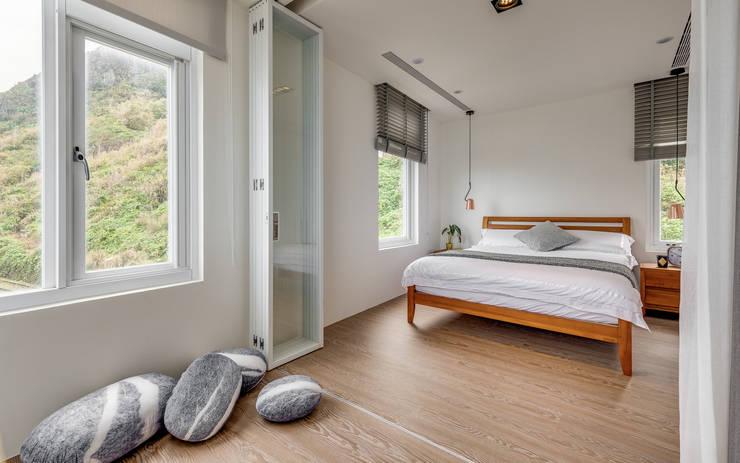 白屋 居所:  臥室 by 御見設計企業有限公司