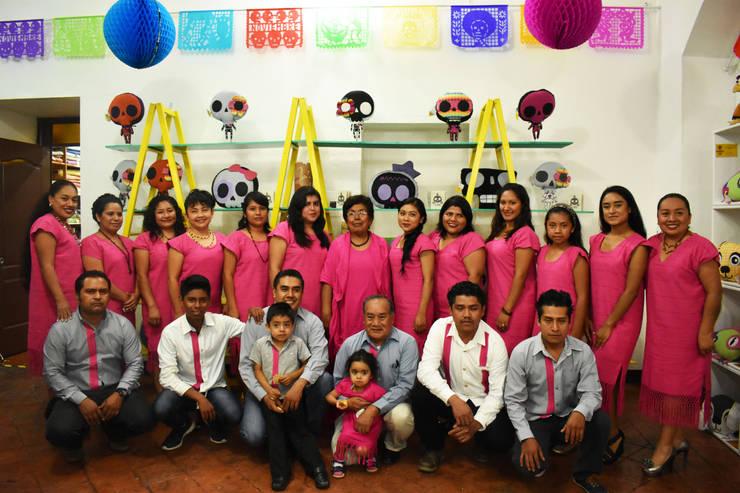 13 FAMILIAS TEJIENDO HILOS Y TALENTOS: Hogar de estilo  por DECORCINCO DISEÑO ARTESANAL TEXTIL; CORTINAS, COLCHAS, COJINES, MANTELES Y COMPLEMENTOS