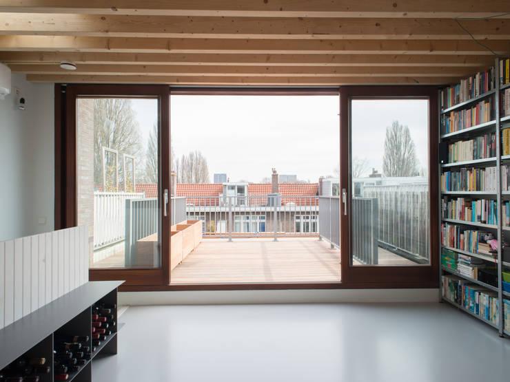 Zicht op dakterras vanuit dakuitbouw:  Terras door Unknown Architects, Modern