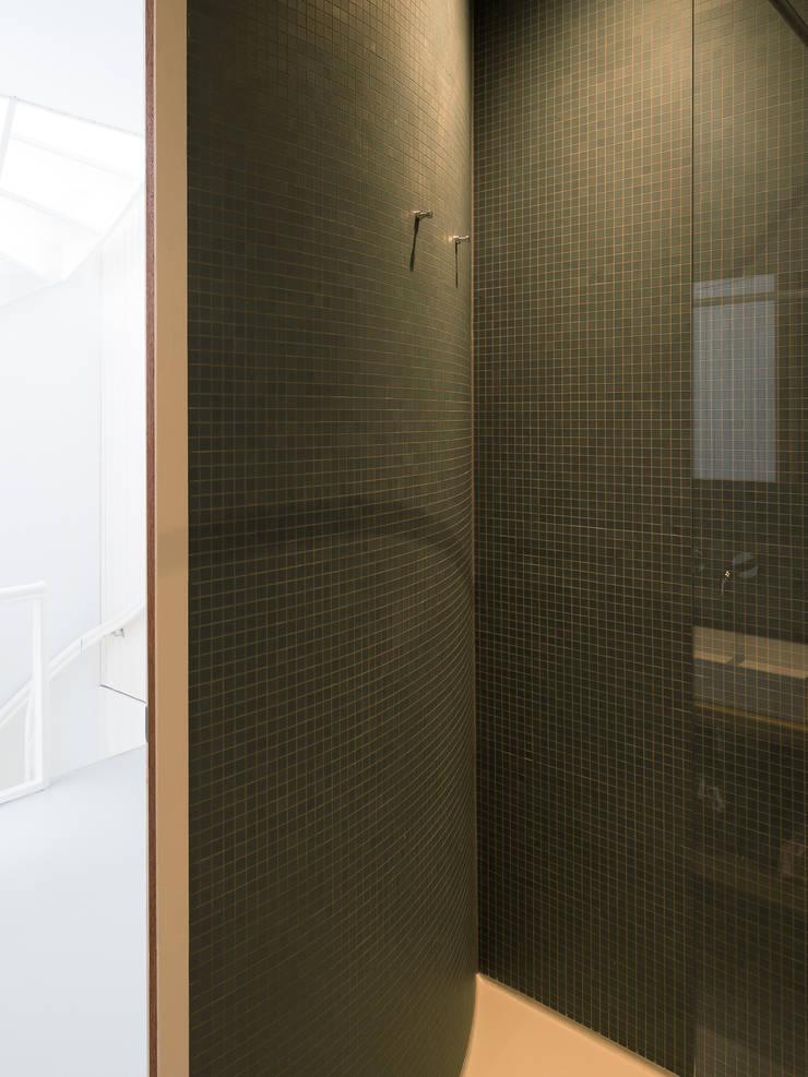 Zicht op hal vanuit de badkamer:  Badkamer door Unknown Architects, Modern