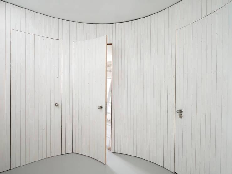 Halfronde hal:  Gang en hal door Unknown Architects, Modern