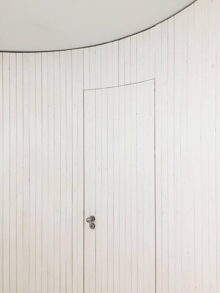 Detail van afwerking halfronde hal:  Binnendeuren door Unknown Architects, Modern