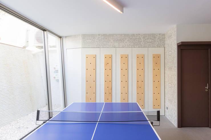 Projeto Arquitetura - Moradia na Granja MJARC: Salas multimédia  por MJARC - Arquitectos Associados, lda