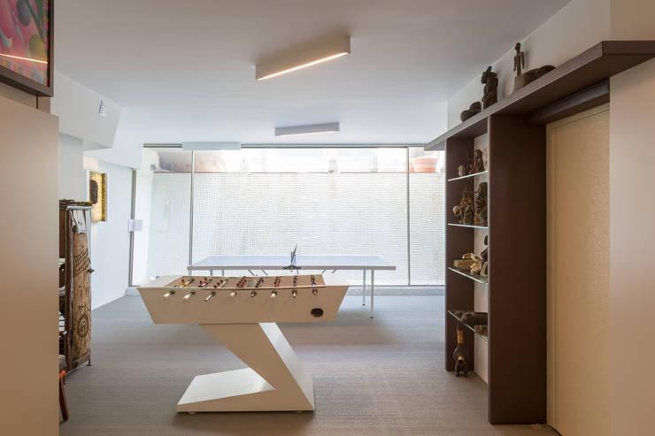 Projeto Arquitetura - Moradia na Granja MJARC: Garagens e arrecadações  por MJARC - Arquitectos Associados, lda