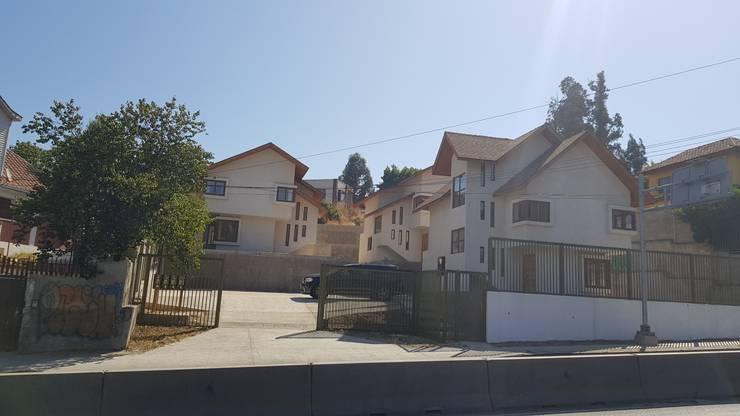 Acceso al Condominio en ladera: Condominios de estilo  por Andes Arquitectura & Construcción