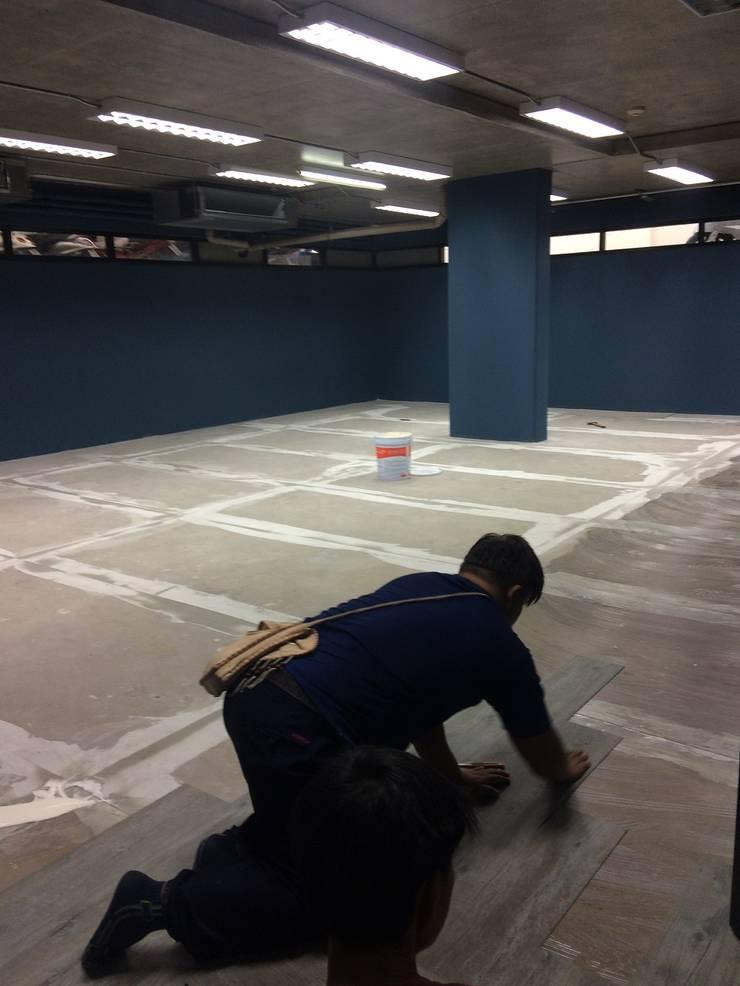 งานปูกระเบื้องยาง ส่วน Basement AIS พหลโยธิน 9:  ห้องทำงานและสำนักงาน by CurtainAndMore