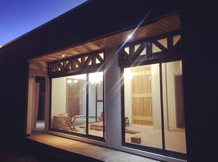 Fachadas: Casas unifamiliares de estilo  por Manuel Herrera