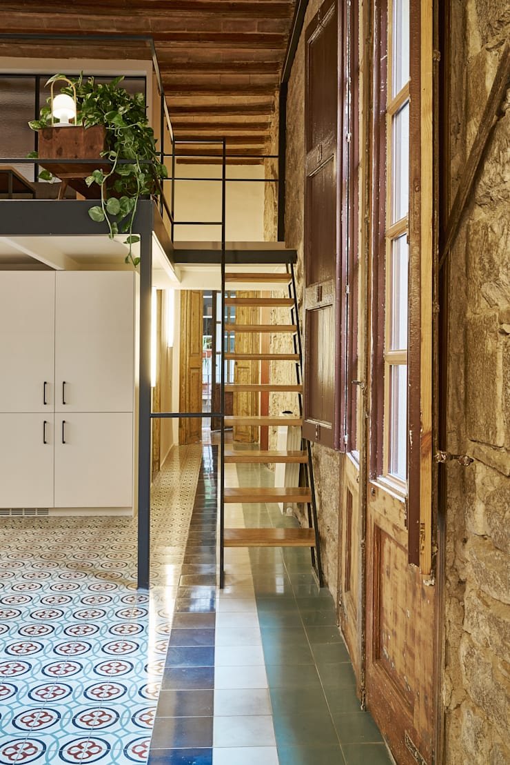 PISO ROSIC: Escaleras de estilo  de Bloomint design,