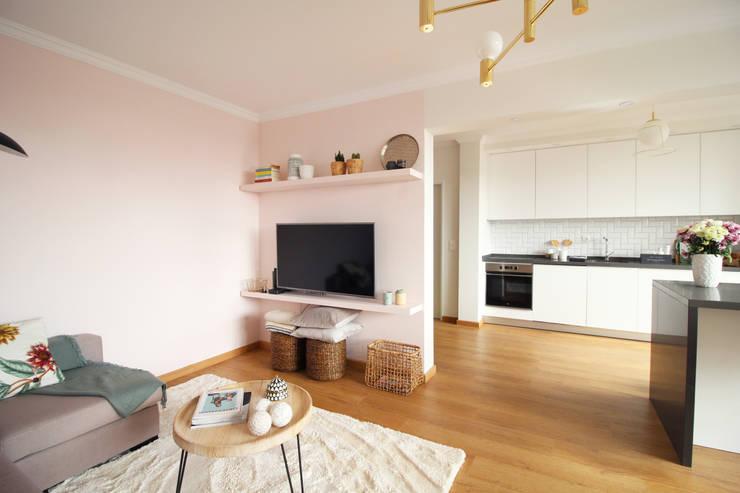 Sala e cozinha em open space : Salas de estar  por Rima Design