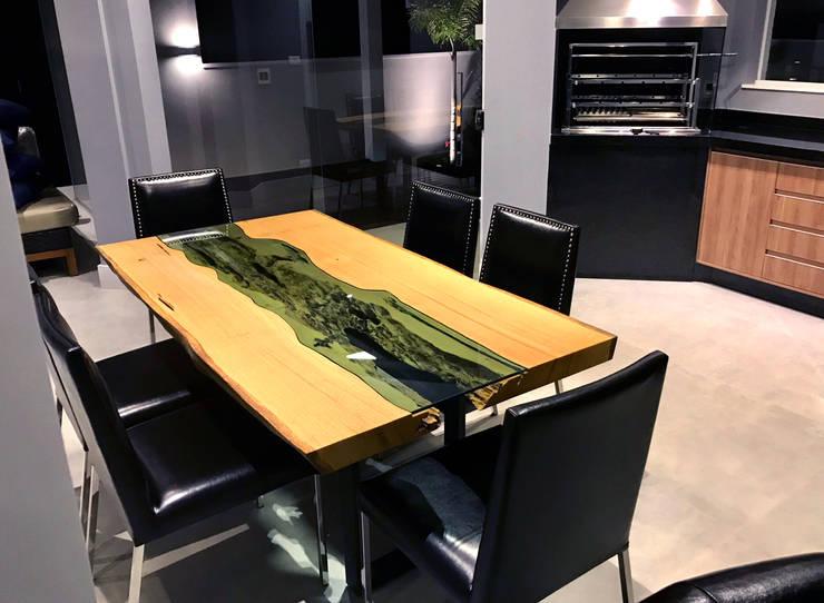 Mesa de Jantar Rústica com vidro central e pés em aço carbono: Sala de jantar  por ArboREAL Móveis