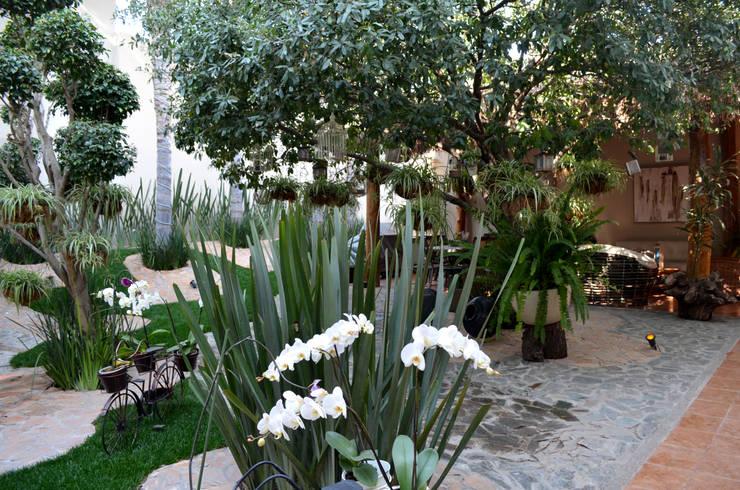 Remodelación integral de residencia de 300 m2: Jardines de estilo  por ULC