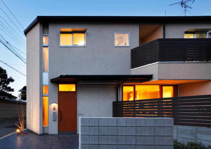 外観 夜景: atelier mが手掛けた木造住宅です。,北欧