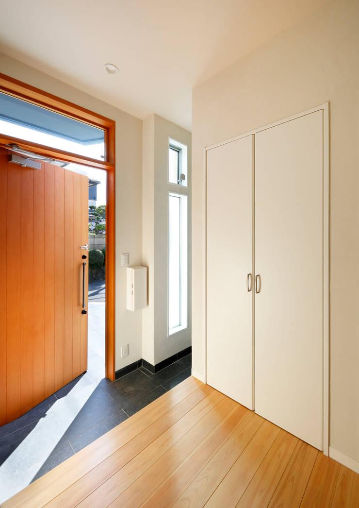 中庭のある無垢な珪藻土の家: atelier mが手掛けた廊下 & 玄関です。,北欧