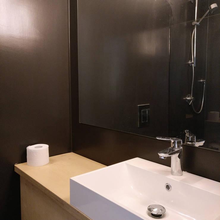 Baños de estilo  de studioMERZ, Moderno
