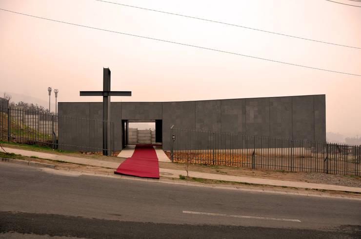 Capilla Nuestra Señora de Fátima: Escaleras de estilo  por m2 estudio arquitectos - Santiago
