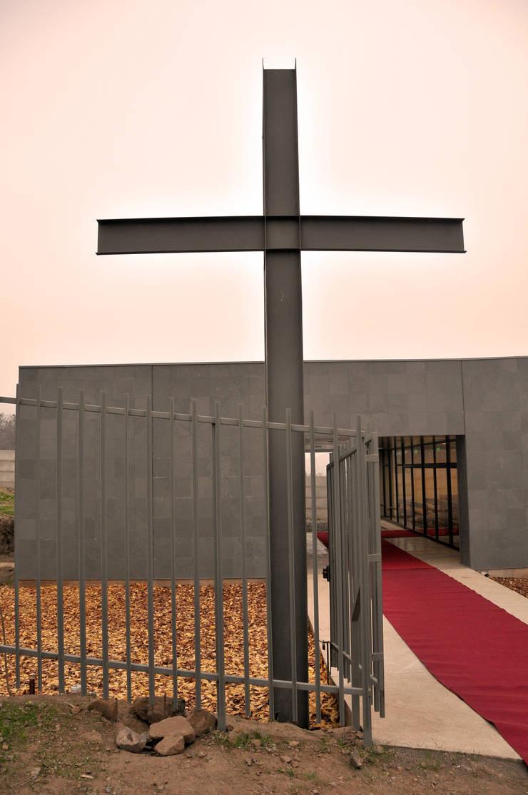 Capilla Nuestra Señora de Fátima: Escaleras de estilo  por m2 estudio arquitectos