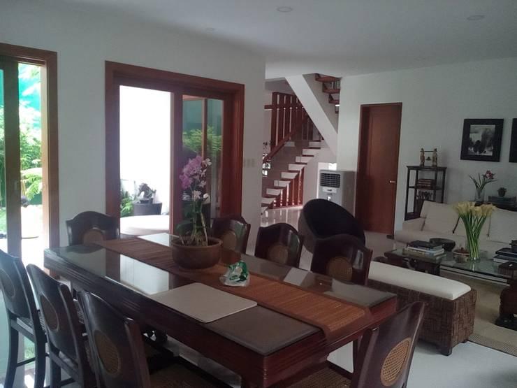 Modern Minimalist Design: modern Dining room by E V Design + Architects