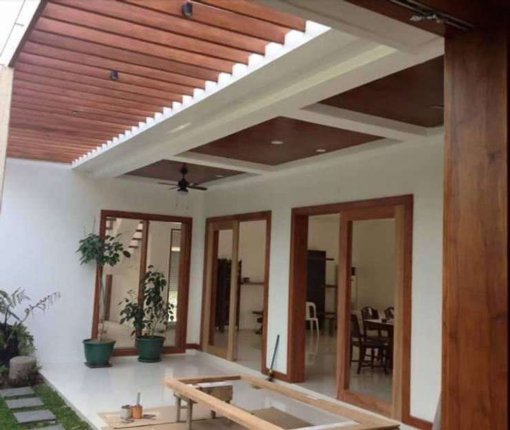 Modern Minimalist Design:  Terrace by E V Design + Architects