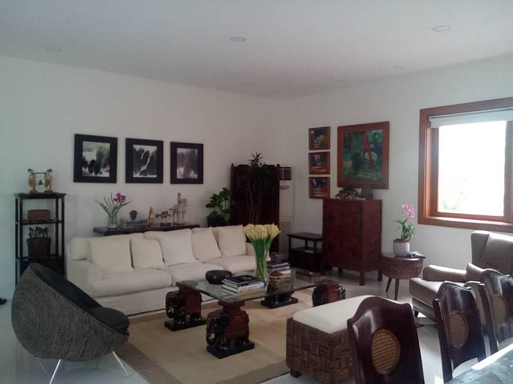 Modern Minimalist Design: minimalistic Living room by E V Design + Architects