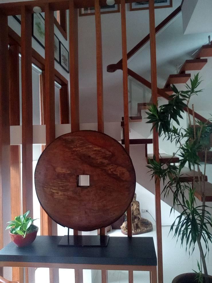 Modern Minimalist Design:  Stairs by E V Design + Architects