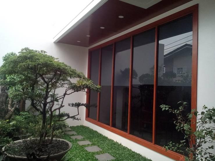 Modern Minimalist Design: minimalistic Garden by E V Design + Architects