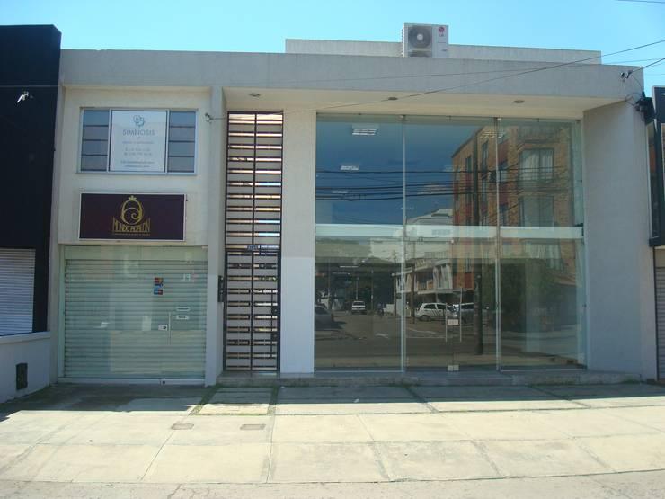 LOCAL 9-04:  de estilo  por GAGC arquitecto