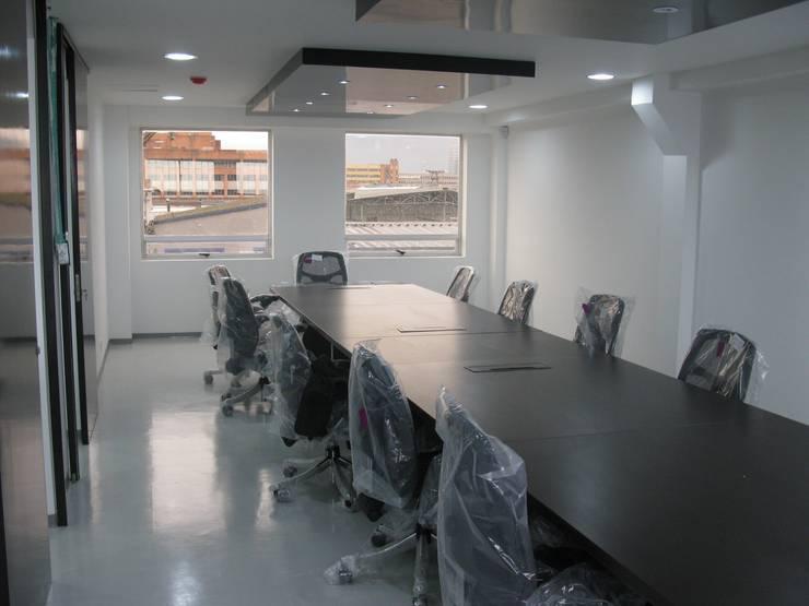 Diseño y construcción oficinas de Assa Abloy:  de estilo  por Corte Verde SAS, Moderno