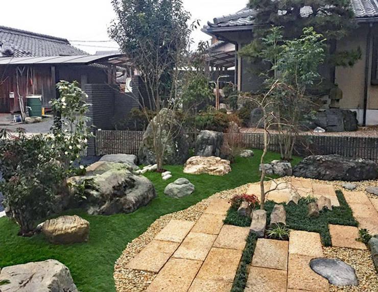 人工芝を使い、手間が少なく美しい和のお庭: 匠ガーデンが手掛けた庭です。