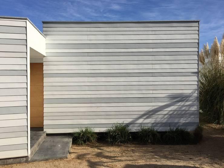 Vista del acceso: Casas de estilo mediterraneo por MAC SPA