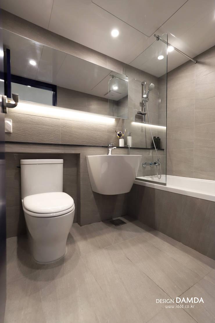 욕실: 디자인담다의  욕실,