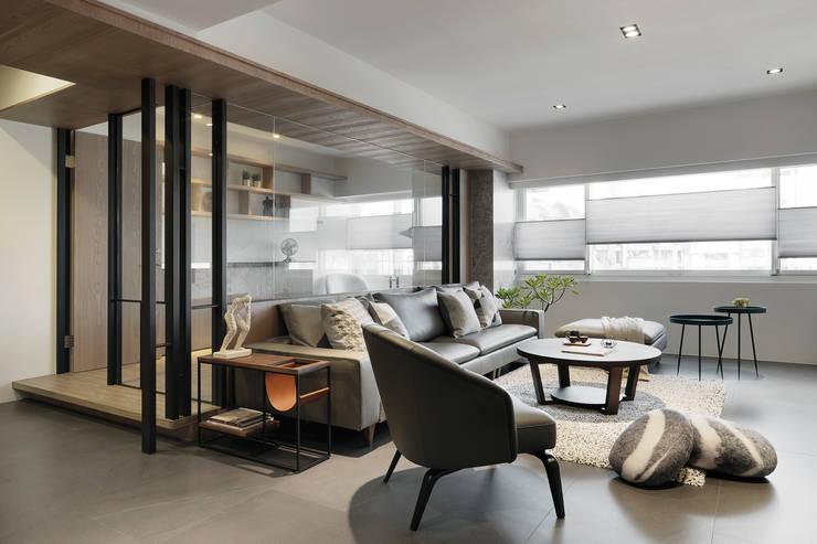 Living room by 御見設計企業有限公司