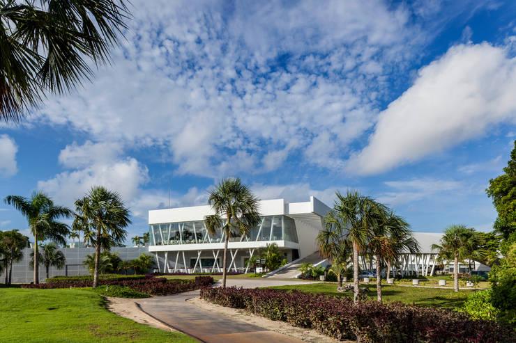 fachada hacia el hoyo 18: Estudios y oficinas de estilo  por studio arquitectura   Despacho de arquitectos   Cancún