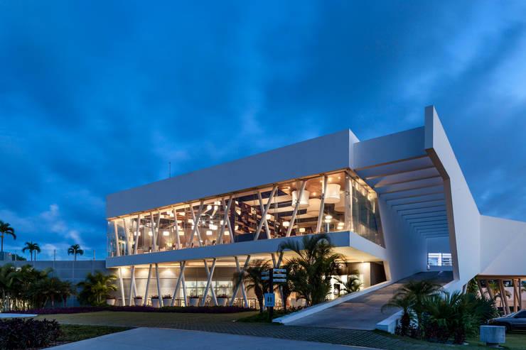 iluminación fachada hacia el hoyo 18: Estudios y oficinas de estilo  por studio arquitectura   Despacho de arquitectos   Cancún