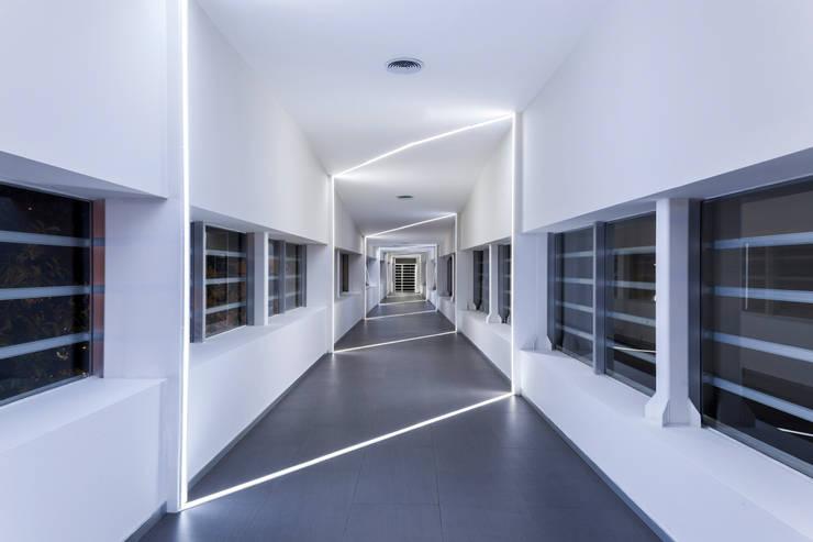 puente interior: Pasillos y recibidores de estilo  por studio arquitectura   Despacho de arquitectos   Cancún