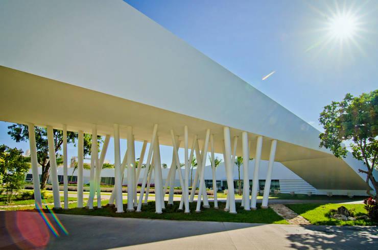 fachada puente: Estudios y oficinas de estilo  por studio arquitectura   Despacho de arquitectos   Cancún